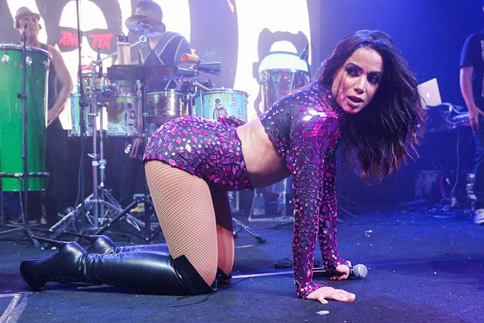 Anitta sensualiza em show que fechou o Carnaval no RJ