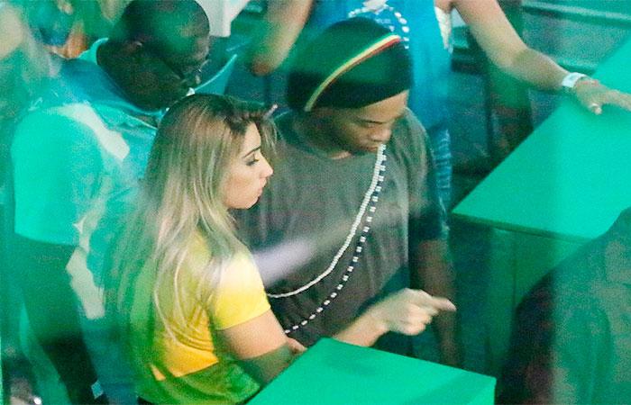 Ronaldinho Gaúcho 'atira' para todos os lados em camarote,
