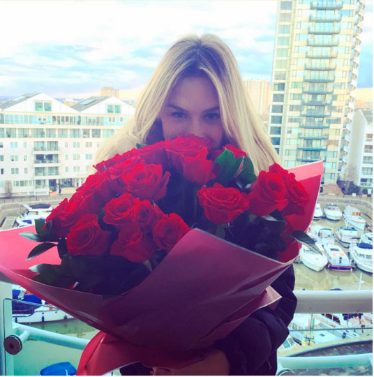 Fiorella Mattheis recebe buquê de rosas de aniversário