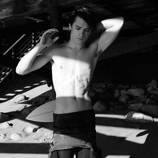 Filho de Pamela Anderson estreia hoje como modelo