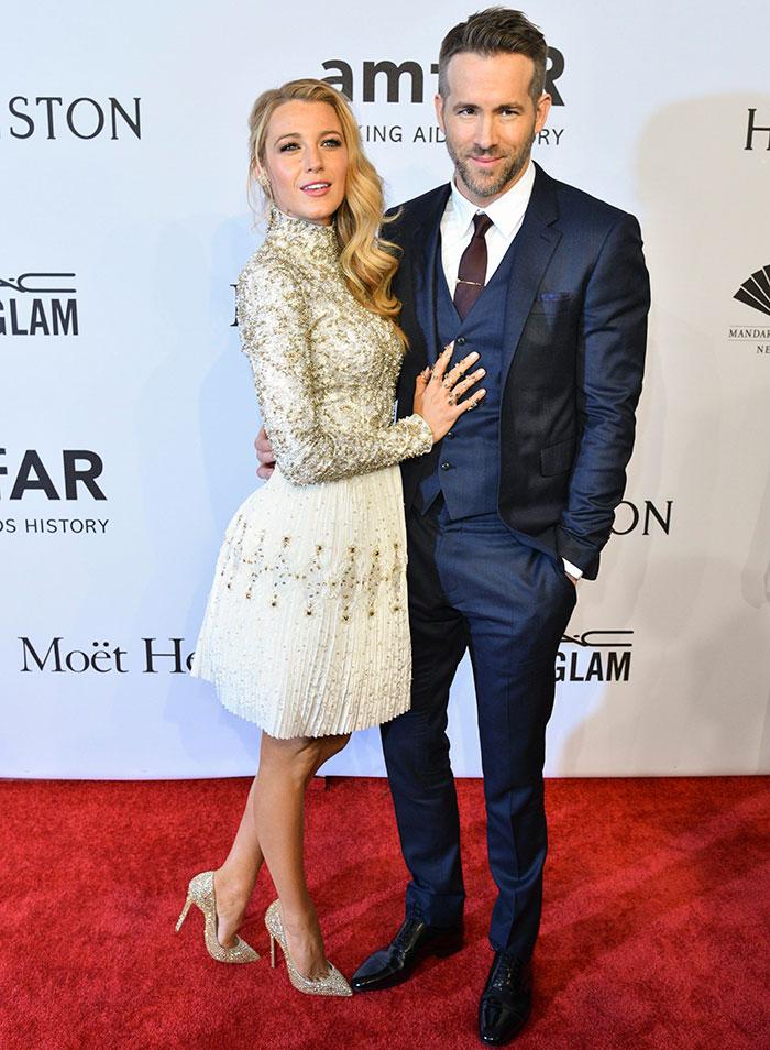Blake Lively e Ryan Reynolds mostram paixão em baile de gala