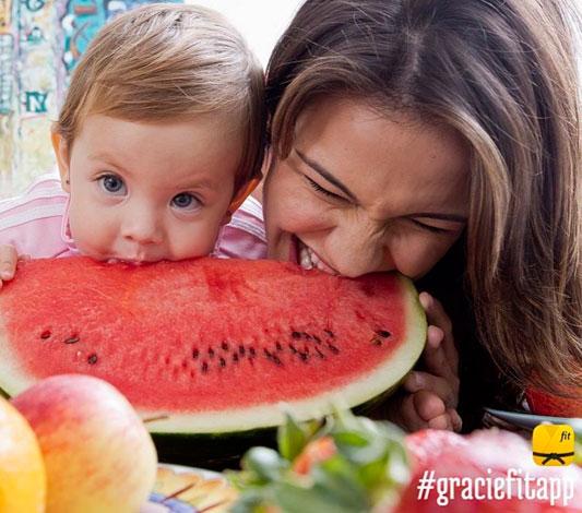 Filha de Kyra Gracie encanta ao 'atacar' melancia. Veja!