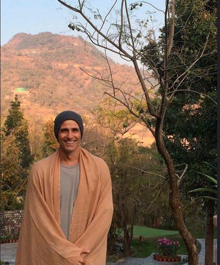 Reynaldo Gianecchini leva fãs ao delírio com clique na Índia