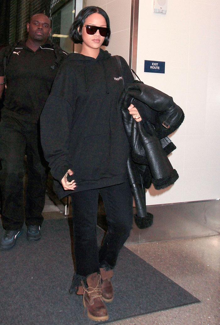 Rihanna mostra seu novo corte de cabelo ao chegar em NY
