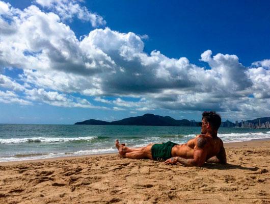 Lucas Lucco ostenta corpo sarado durante banho de sol