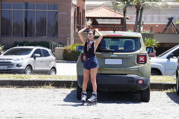 Fernanda Paes Leme usa body decotado em passeio de patiins