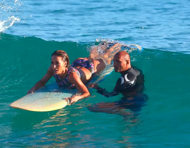 Sabrina Sato aprende a surfar no Rio de Janeiro