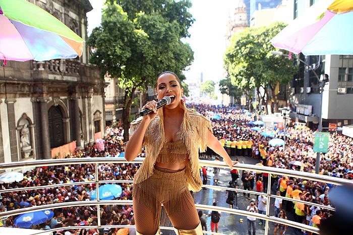 Deusa! Anitta estreia bloco no Rio e atrai multidão