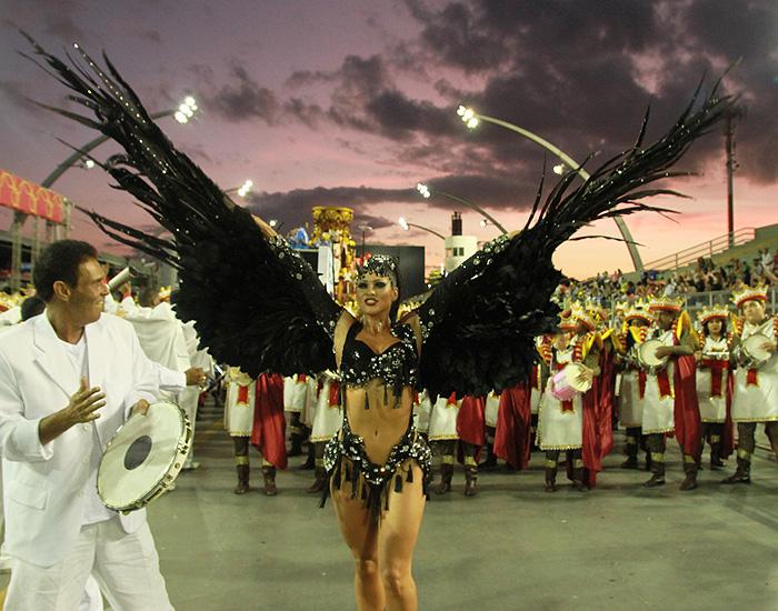 De asas pretas, Lívia Andrade brilha no desfile das Campeãs