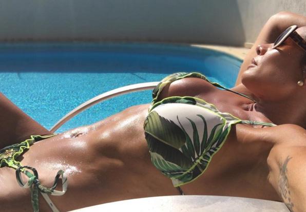 Calor! Scheila Carvalho posa na beira da piscina