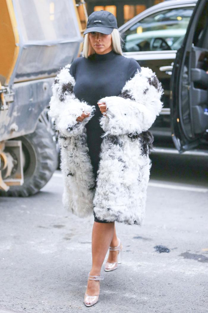 Kim Kardashian adere à peruca loira e passeia por Nova York