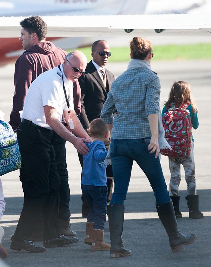 Jennifer Garner e Ben Affleck embarcam juntinhos em jatinho