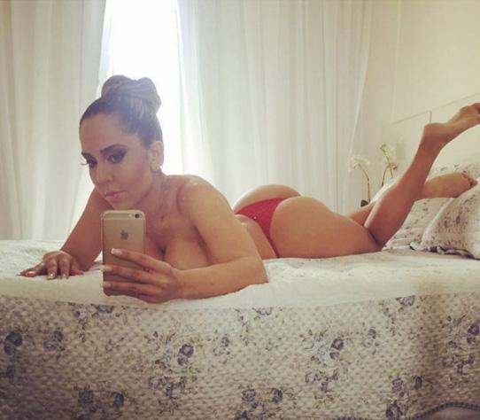 Mulher Melão posa sem sutiã e abusa da sensualidade