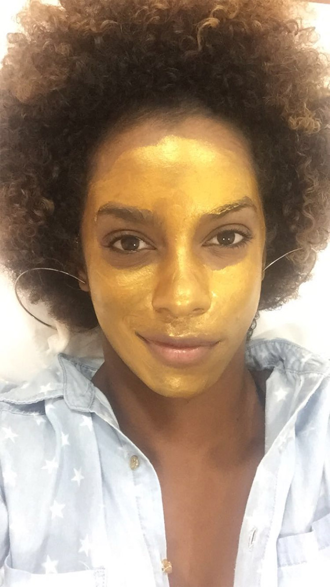 Ivi Pizzott aparece com máscara de ouro no rosto