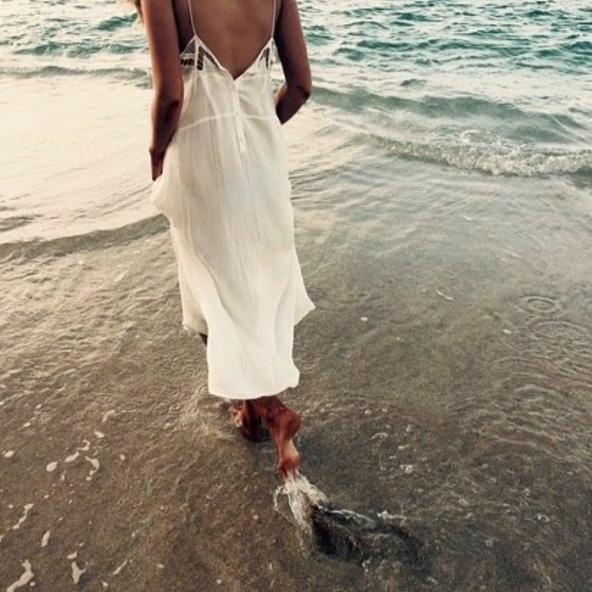 Grazi Massafera relaxa enquanto caminha na beira do mar