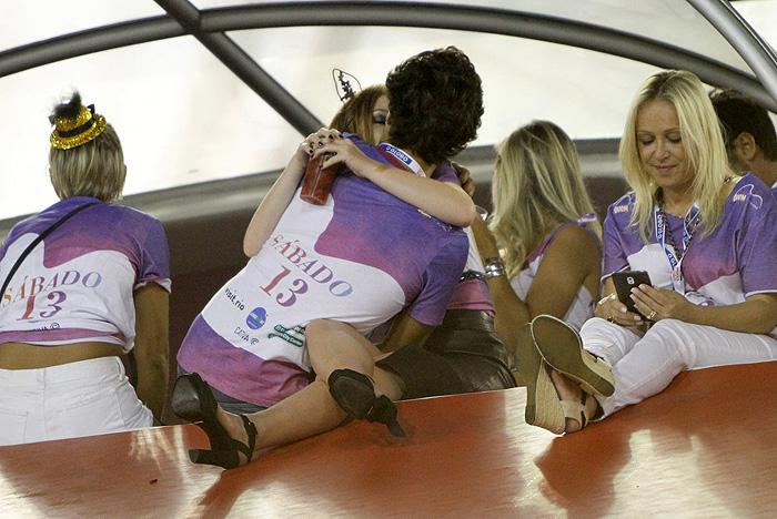 Amor! Marina Ruy Barbosa beija muito o namorado na Sapucaí