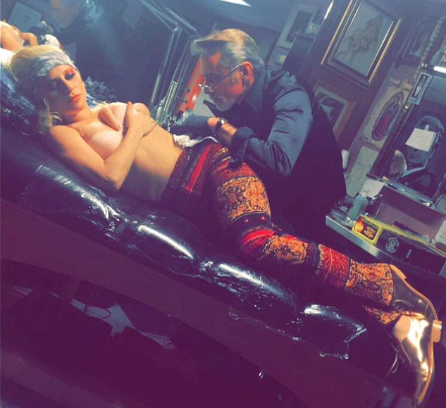 Lady Gaga homenageia David Bowie com tatuagem