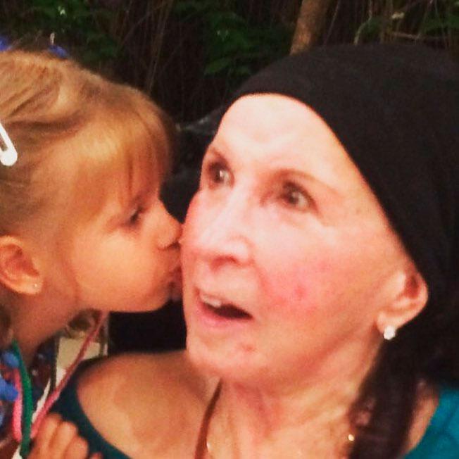 Xuxa Meneghel pede orações para dona Alda