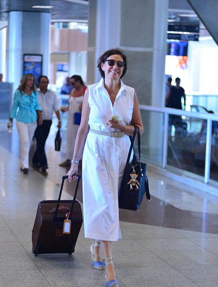 Lilia Cabral arrasa no sorriso para circular em aeroporto