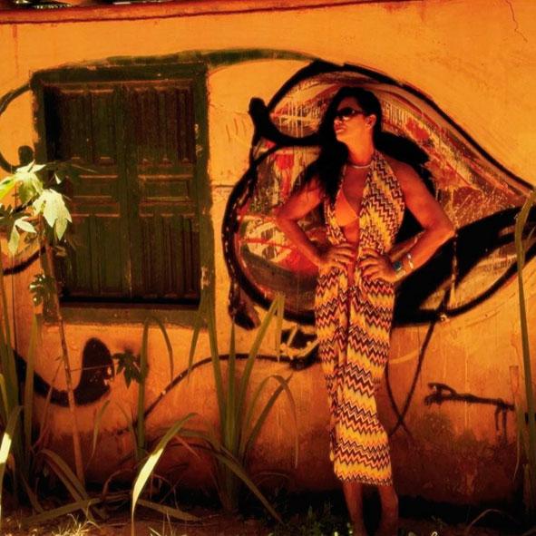 Luiza Brunet esbanja sensualidade em vestido com fendas