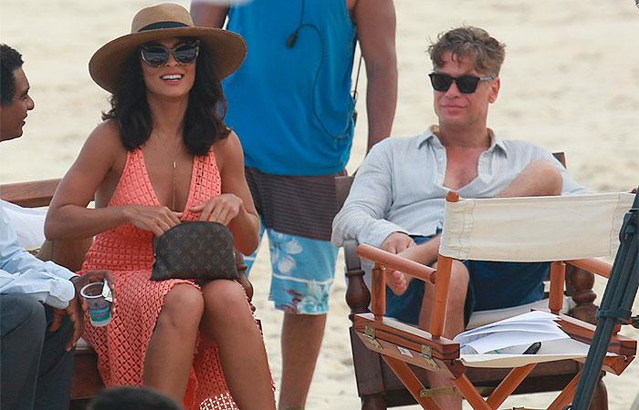 Juliana Paes mostra todo o seu carisma ao gravar na praia