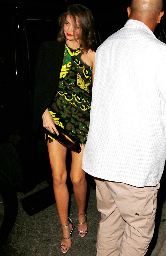 Miranda Kerr quase mostra demais ao sair de festa.