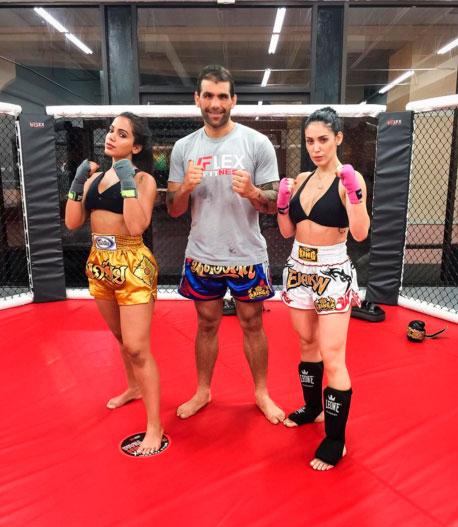 Anitta e Bella Falconi treinam luta e exibem corpos sarados