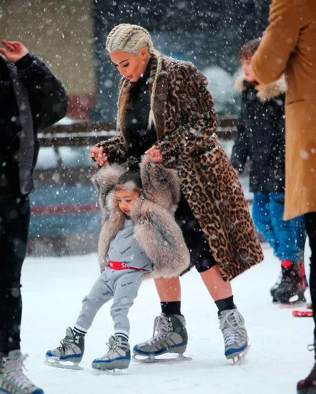 Kim Kardashian ensina North West a patinar no gelo