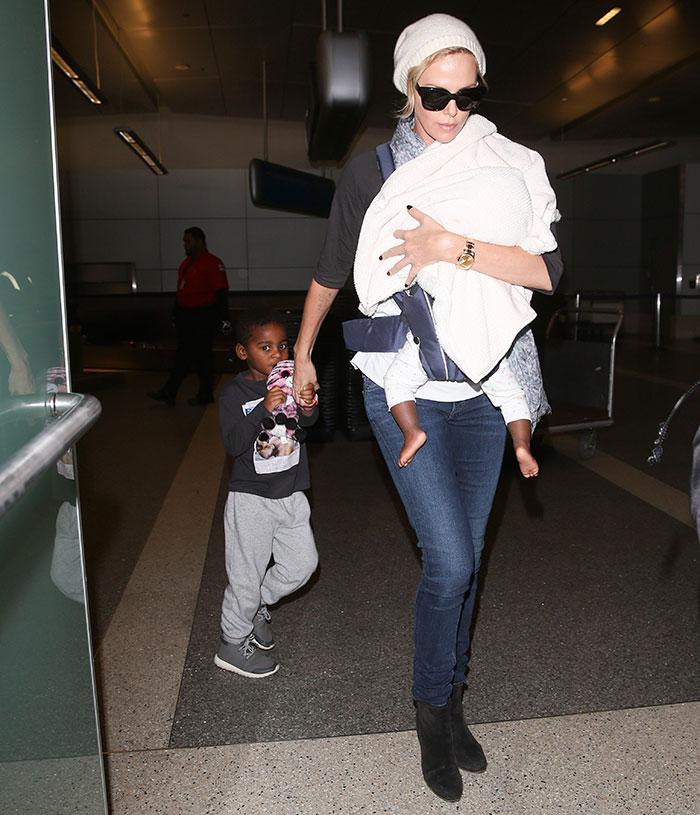 Charlize Theron chega com os filhos em Los Angeles