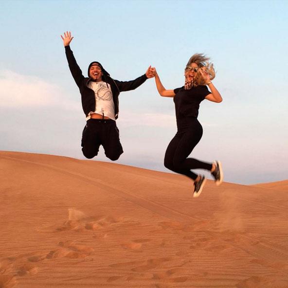 Wesley Safadão se diverte nas dunas de Dubai com a esposa.