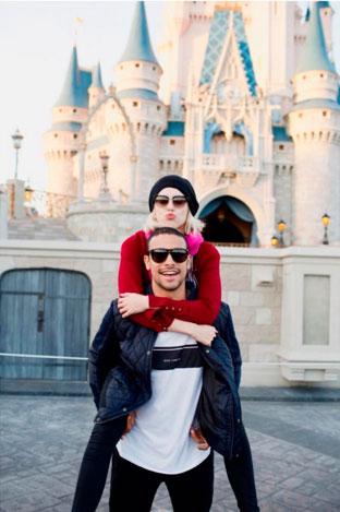Sophia Abrahão e Sérgio Malheiros curtem Disney juntinhos