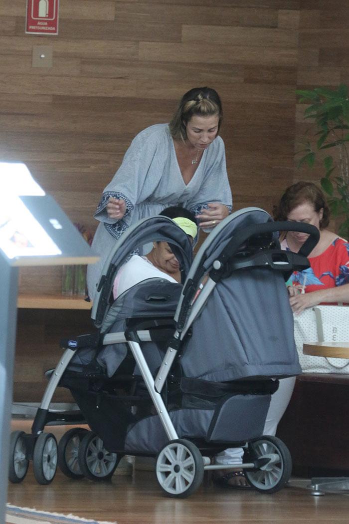 Luana Piovani passeia com os gêmeos e a mãe