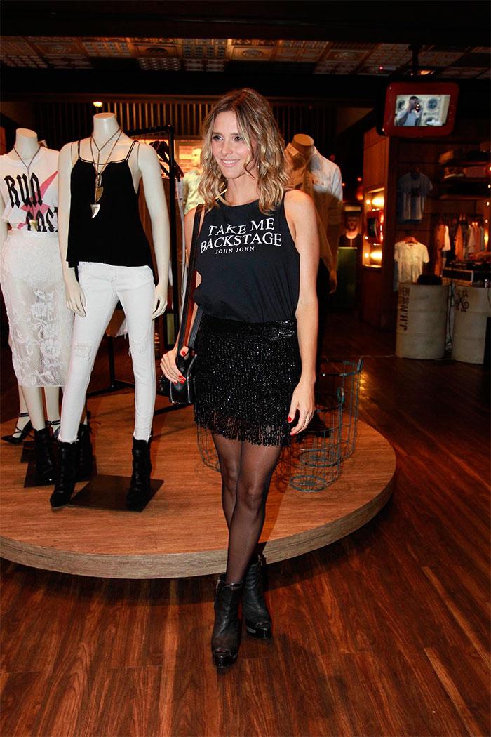 Fernanda Lima é pura simpatia e charme em evento