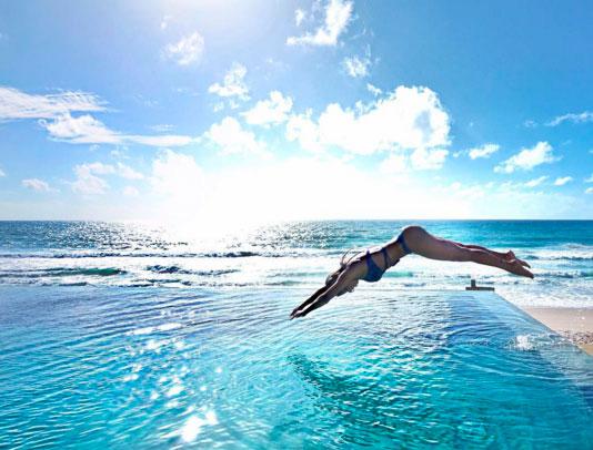 Karina Bacchi exibe corpo com curvas volumosas em mergulho