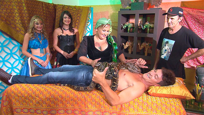 Rodrigo Faro é massageado por cobras em seu programa