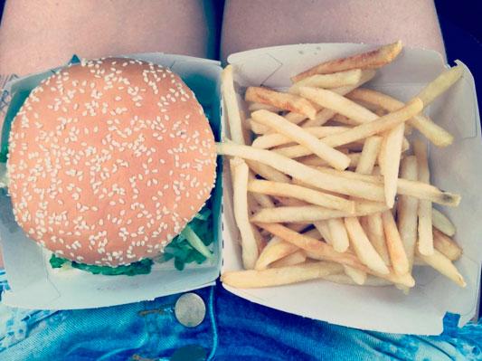 Priscila Fantin comemora aniversário com hambúrguer