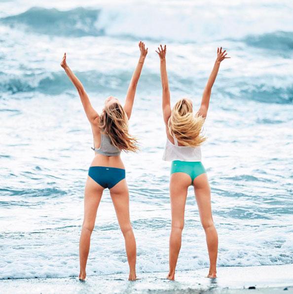 De topless, Candice Swanepoel posta foto usando lingerie
