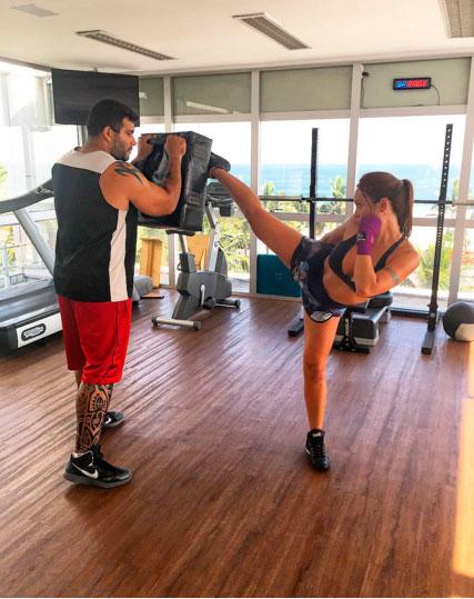 Carol Nakamura mostra ter talento para o muay thai. Confira!
