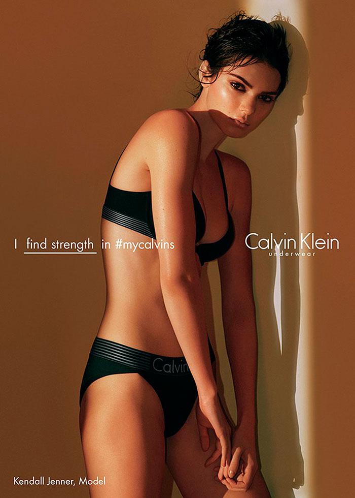 Kendall Jenner sensualiza em campanha de lingerie