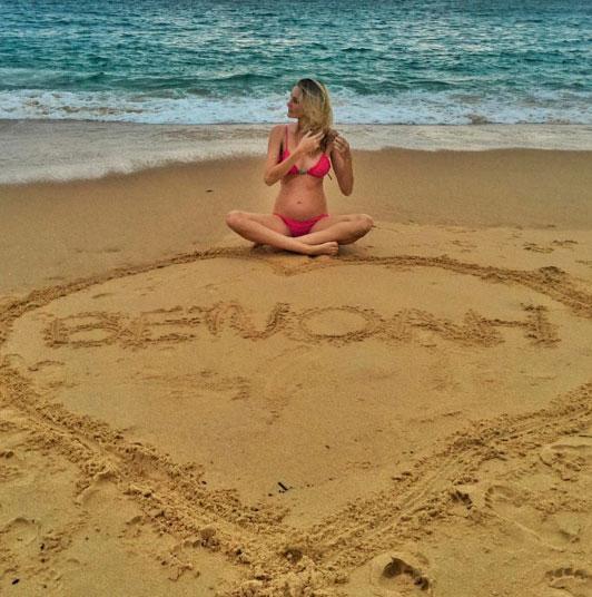 Grávida, Carol Trentini revela nome do filho na areia