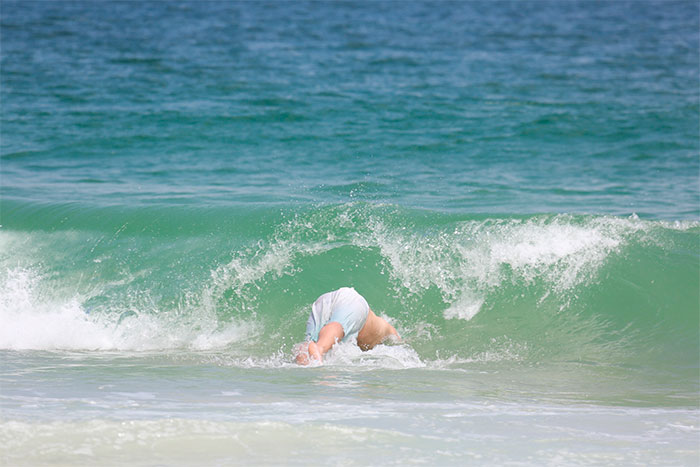 Thiago Lacerda se alonga e atende fãs em praia no Rio