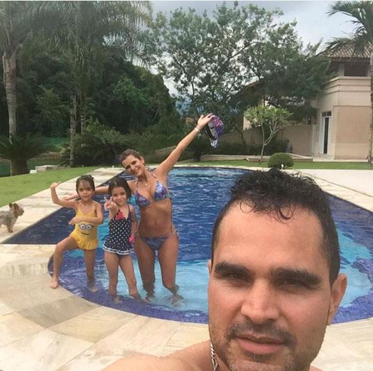 Esposa de Luciano mostra o corpão em foto com a família