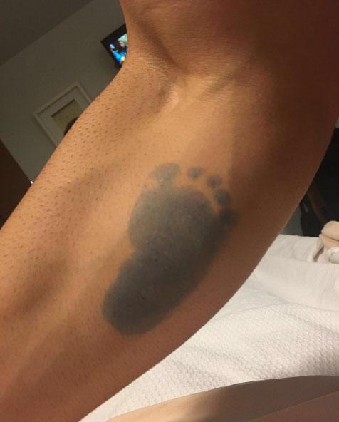 Rodrigão tatua o pé do filho no braço: 'Meu príncipe'