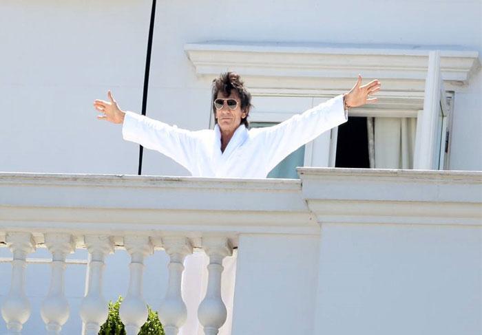Da janela do hotel, Mick Jagger curte belas paisagens do Rio