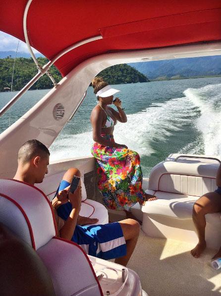Ludmilla se delicia com champanhe em dia de passeio de barco