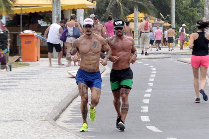 Lucas Lucco ostenta boa forma durante treino na orla carioca
