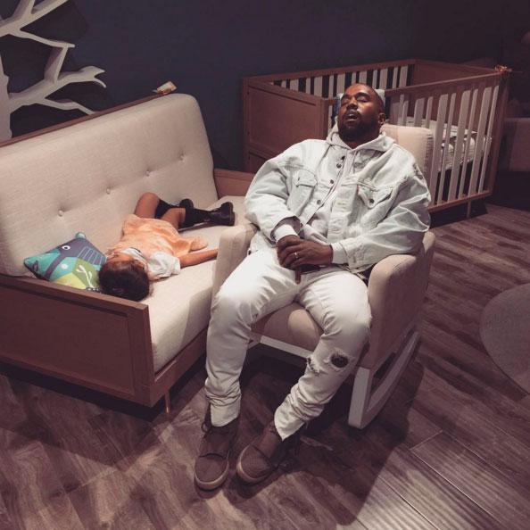 anye West e North caem no sono durante tarde de compras