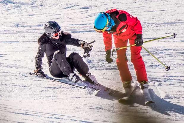 Divulgadas as fotos do acidente de Kate Moss na neve. Veja!