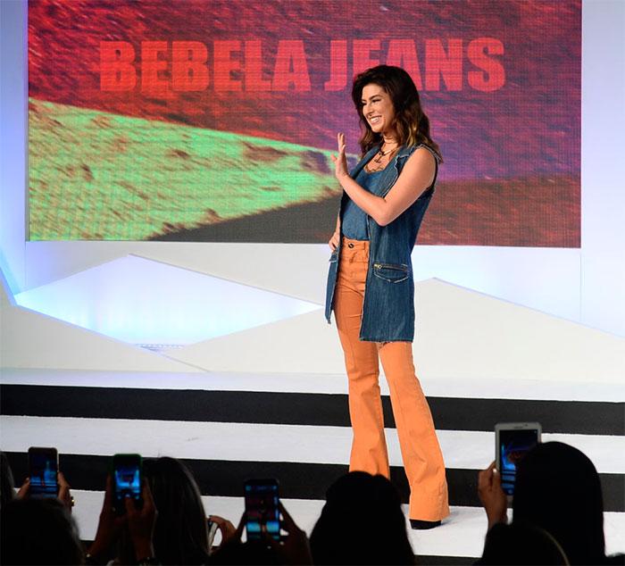 Fernanda Paes Leme esbanja estilo em evento de moda