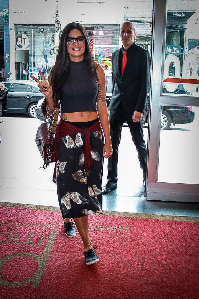 Aline Riscado esbanja beleza em evento de moda